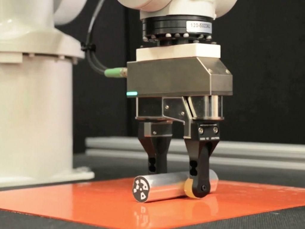 Робот манипулятор хватает предмет